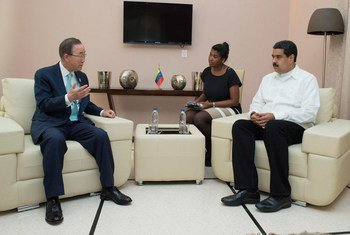 El Secretario General de la ONU, Ban Ki-moon (izq.), charló con el presidente de la Rapública Bolivariana de Venezuela, Nicolás Maduro, en un encuentro en La Habana en junio de este año. Foto de archivo: ONU/Eskinder Debebe