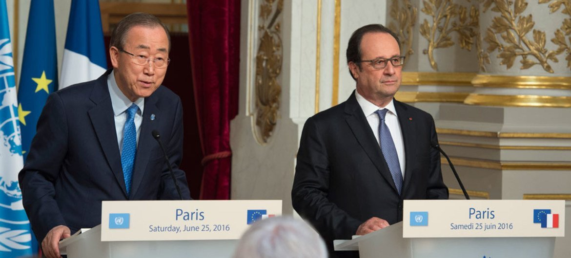 Secretary-General Ban Ki-moon (left) and François Hollande, President of France, brief the media following their meeting in Paris.