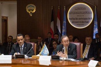 Le Secrétaire général Ban Ki-moon (à droite) rencontre les délégations yéménites aux pourparlers de paix au Koweït. Photo ONU/Eskinder Debebe