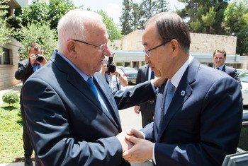 Le Secrétaire général Ban Ki-moon (à droite) rencontre le Président d'Israël, Reuven Rivlin, à Jérusalem. Photo ONU/Eskinder Debebe