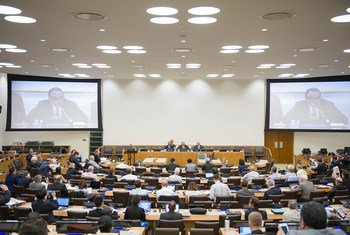 A wide view of the conference room as Deputy Secretary-General Jan Eliasson (shown on screens) delivers opening remarks at the Fortieth Annual Conference of the Centre for Oceans Law and Policy.