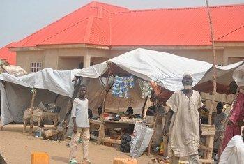 Des personnes déplacées dans le camp de Gubio, à Maiduguri, dans le nord du Nigeria, ont commencé à créer des petites entreprises afin de gagner leur vie, après avoir été déplacées par la violence de Boko Haram. Photo : OCHA / Fragkiska Megaloudi