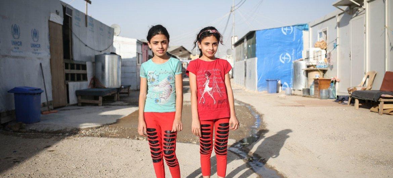 Maryam, 10 ans (à droite), avec sa sœur jumele Majida dans un camp de déplacés à Erbil, au Kurdistan, en Iraq. Photo UNICEF/Tara Todras-Whitehill