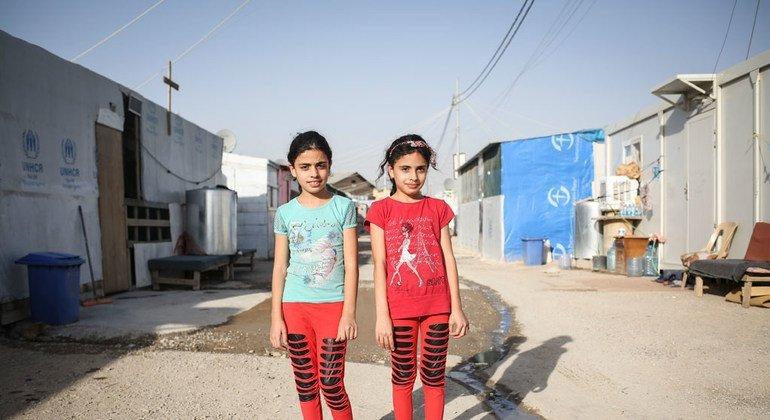 UNICEF trabaja por ejemplo con menores desplazados en el Kurdistán iraquí, como Maryam y su hermana, Majida, que viven en un campo de refugiados apoyado por el organismo de la ONU.  Foto: UNICEF/Tara Todras-Whitehill