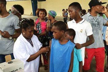 Campaña de vacunación contra la fiebre amarilla en Angola.