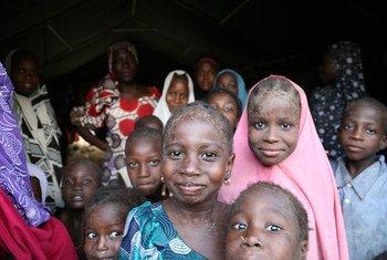 Des enfants dans l'un des 14 camps officiels pour personnes déplacées à Maiduguri, dans l'État de Borno, dans le nord-est du Nigeria. Photo : OCHA / Jaspreet Kindra