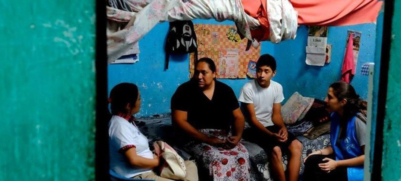 Una familia cuenta a un oficial de ACNUR como huyeron de Honduras a Guatemala para escapar de las pandillas. Ahora viven en Villanueva, Ciudad de Sol, uno de los lugares más peligrosos en Guatemala.