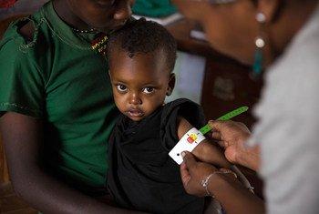 En Ethiopie, un agent de santé mesure le tour de bras de Nébila, 28 mois, qui a été diagnostiquée comme souffrant de malnutrition aiguë sévère. Photo : UNICEF / UN022074 / Ayene