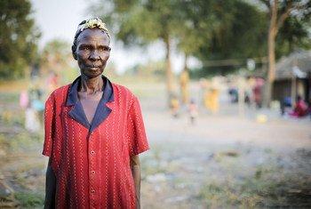 Issue de la communauté Nuer, Adhieu Chol a quitté il y a longtemps son docile pour se rendre à Rumbek, dans l'État des Lacs, où elle a épousé un homme de la communauté Dinka. Depuis septembre 2015, elle a donné refuge à de nombreuses personnes déplacées fuyant l'Etat d'Unity vers Rumbek. Photo : HCR / Rocco Nur