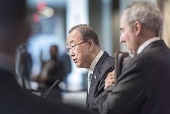 Le Secrétaire général de l'ONU, Ban Ki-moon (à gauche), accompagné de son porte-parole, Stéphane Dujarric, lors d'une conférence de presse sur la situation au Soudan du Sud, au siège de l'ONU, à New York, le 11 juillet 2016. Photo : ONU / Mark Garten