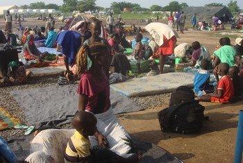 Des civils déplacés se sont réfugiés dans le camp de Tomping de la Mission des Nations Unies au Soudan du Sud (MINUSS), suite aux nouveaux affrontements dans la capitale Juba entre les soldats de l'Armée populaire de libération du Soudan (APLS) et de l'APLS dans l'opposition (juillet 2016). Photo : ONU / Beatrice Mategwa