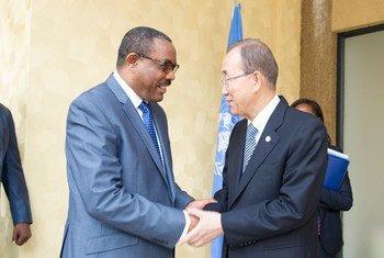 Le Secrétaire général de l'ONU, Ban Ki-moon (à droite), rencontre  le Premier ministre éthiopien, Hailemariam Dessalegn, qui est également Président de l'Autorité intergouvernementale pour le développement (IGAD), en marge du 27ème sommet de l'Union africaine, à Kigali, au Rwanda, le 16 juillet 2016. Photo : ONU / Rick Bajornas