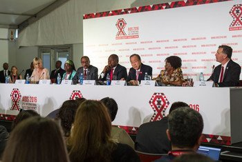 Le Secrétaire général de l'ONU, Ban Ki-moon (3ème en partant de la droite) lors de la conférence de presse d'ouverture de la 21ème Conférence internationale sur le sida à Durban, en Afrique du Sud. Photo : ONU / Rick Bajornas