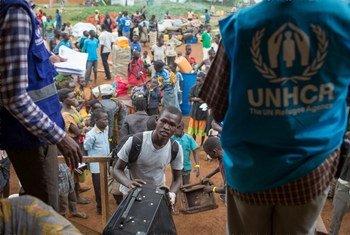 Sursudaneses abordan un camión de ACNUR en la frontera de su país con Uganda. Foto: ACNUR/Will Swanson