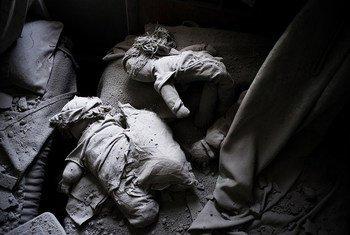 Детские игрушки в разрушенном сирийском доме Фото ЮНИСЕФ/Роменци