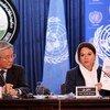 Tadamachi Yamamoto, jefe de la UNAMA, y Danielle Bell, directora de Derechos Humanos de la UNAMA, durante la presentación a la prensa en Kabul del informe sobre vícitimas civiles en Afganistán. Foto: UNAMA/Fardin Waezi.