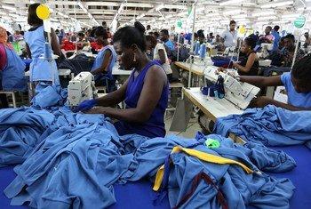 Des travailleurs d'usines produisent des chemises à Accra, Ghana.
