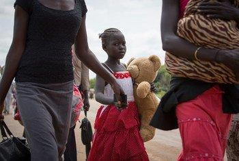 一个南苏丹女孩和家人一起跨国边境到乌干达避难。难民署图片 /Will Swanson