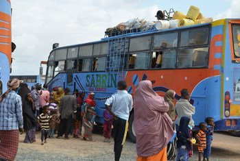 In mid-June, six buses carrying more than 387 people departed Dadaab camp in North-eastern Kenya travelled into Somalia. UNHCR assists returning refugees with cash grants, core relief items, food and other community-based support programs.