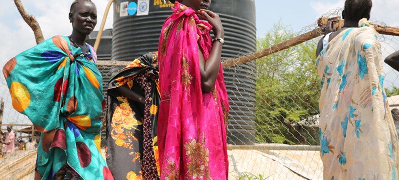 Des femmes déplacées par des combats à Juba, au Soudan du Sud, attendent de remplir des containers d'eau. Photo UNICEF/UN025202/Irwin (archives)
