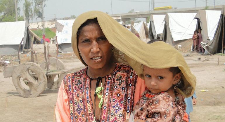Una mujer cubre a su hija para protegerla del calor extremo en Sindh, Pakistán. Foto: PNUD/Hira Hashmey
