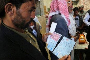 世界粮食计划署为援助难以抵达的塔伊兹居民提供粮食券。 粮食署图片