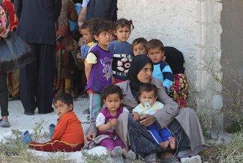 Mujeres y niños desplazados sirios.