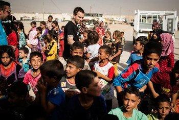 L'Ambassadeur de bonne volonté de l'UNICEF, Ewan McGregor, rencontre des enfants déplacés dans le nord de l'Iraq. Photo UNICEF/Siegfried Modola
