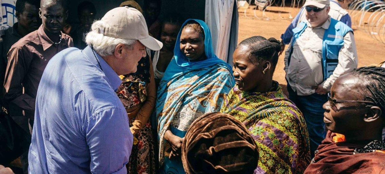 Stephen O'Brien habla con mujeres desplazadas por la violencia en Sudán del Sur. Foto OIM/Mohammed