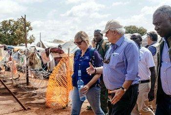 El coordinador para Asuntos Humanitarios de la ONU recibe información sobre la situación de los desplazados en Wau, Sudán del Sur. Foto: OIM/Mohammed