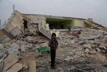 Niño frente a las ruinas del edificio que fue su escuela en un pueblo de Alepo, Siria. Foto de archivo: UNICEF/Khalil Alshawi