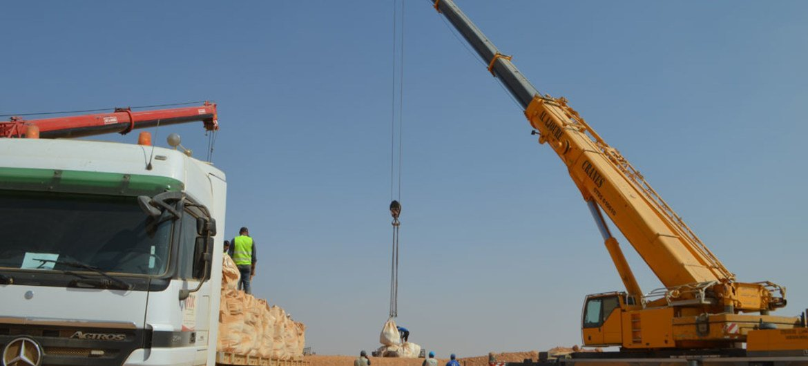 Using cranes, WFP delivered 650 metric tons of aid to stranded Syrians across the Jordanian border.