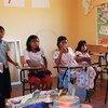 哥伦比亚的土著儿童在上学。