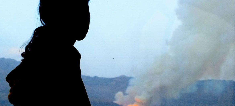Niña yemenita observa su casa destruida por los bombardeos en Sana'a. Foto de archivo: UNICEF/Ahmed Jahaf