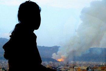 Une jeune Yéménité Amal regarde sa maison détruite à Sanaa, au Yémen, après avoir été frappée par un tir en avril 2015. Photo UNICEF/Ahmed Jahaf