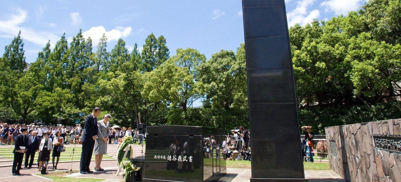Eneo la kitovu cha bomu la nyuklia huko Nagasaki sasa pamejengwa mnara wa amani.