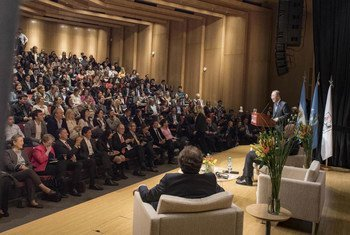 Le Secrétaire général de l'ONU, Ban Ki-moon, rencontre des jeunes Argentins et des représentants de la société civile à Buenos Aires. Photo ONU/Mark Garten