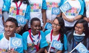 Des étudiants sur le site d'un projet de développement, soutenu par l'ONU, qui vient en aide aux populations vulnérables à Antananarivo, Madagascar. Photo ONU/Mark Garten