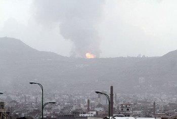 Bombardeo aéreo de una base militar en la montaña de Faj Attan, en la parte alta de Sana´a, la capital de Yemen. Foto: ONU/UNICEF/Mohammed Hamoud