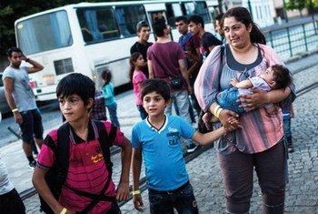 Une mère et ses enfants arrivent à la gare de Sezged, en Hongrie, après avoir été libérés d'un centre de détention (archive).