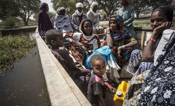 A maioria das pessoas atravessou o Lago Chade em barcos a remo até à aldeia chadiana de Ngouboua
