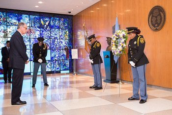 نائب الأمين العام يان الياسون (يسار) خلال مراسم وضع إكليل من الزهور لإحياء الذكرى الثالثة عشرة لتفجير مقر الامم المتحدة في بغداد، العراق.      المصدر: الأمم المتحدة / مانويل الياس