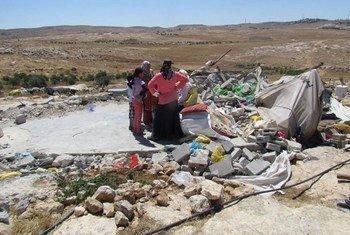 Des Palestiniens devant leurs maisons détruites par les forces israéliennes à Susiya, au sud d'Hébron, dans le territoire palestinien occupé. Photo OCHA