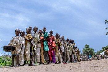 Des enfants déplacés attendant de recevoir de la nourriture dans un camp dans l'Etat de Borno, au Nigéria. Photo UNICEF/Andrew Esiebo
