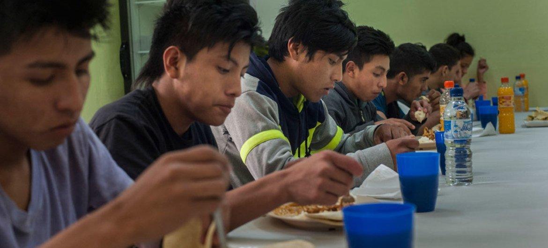 Menores migrantes almuerzan en el albergue, Nuestras Raíces, en Guatemala, tras ser deportados de México. Foto: UNICEF / Daniele Volpe