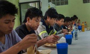 Des adolescents migrants déjeunent dans un refuge au Guatemala après avoir été déportés du Mexique. Photo UNICEF/Daniele Volpe