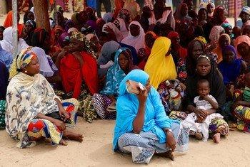 Tras huir de la violencia de Boko Haram, un grupo de personas espera a recibir ayuda en un punto de distribución establecido por el Programa Mundial de Alimentos y el Gobierno de Nigeria. Foto: OMA/Simon Pierre Diouf