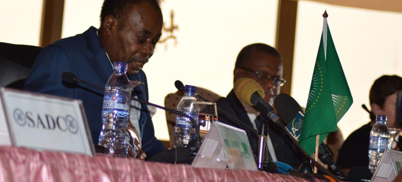 Le facilitateur de l'Union africaine Edem Kodjo (gauche) s'exprimant lors d'une réunion du comité préparatoire pour le dialogue national en République démocratique du Congo (RDC).