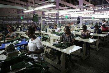 青年工人在加纳的服装厂工作场景。