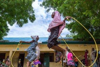 Des enfants jouent dans le cadre d'un programme de soutien psychologique alors que beaucoup d'entre eux souffrent de traumatismes causés par Boko Haram, au Nigéria. Photo UNICEF/Andrew Esiebo
